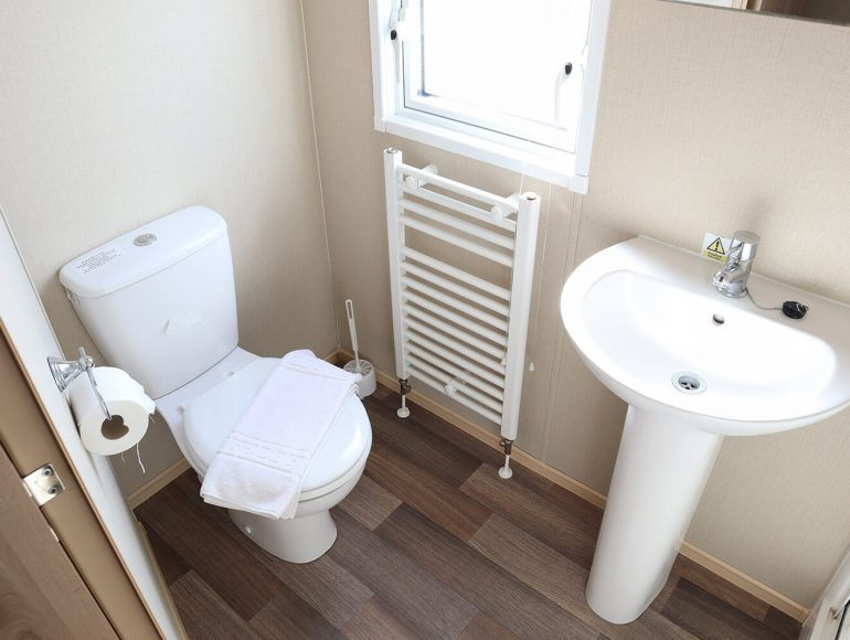 Luxury 8 Berth, Pet Friendly Caravan bathroom