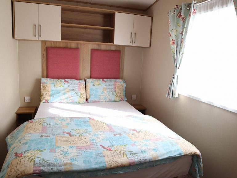 Luxury 8 Berth, Pet Friendly Caravan double bedroom